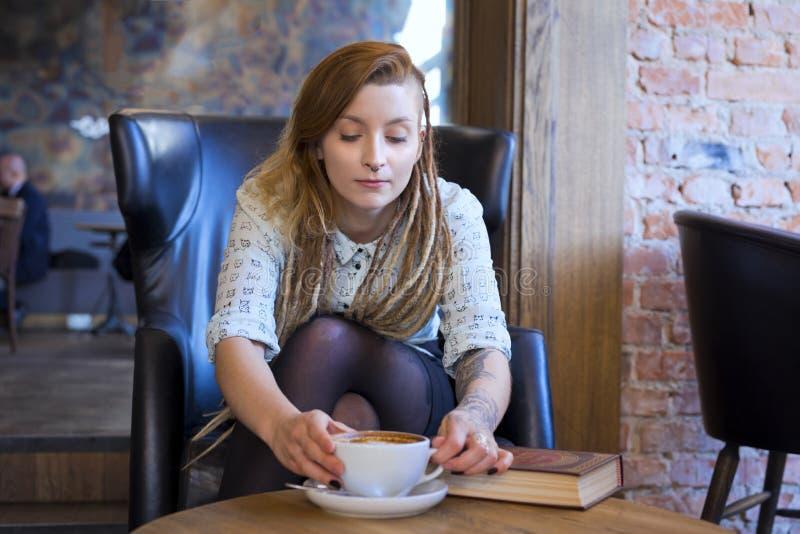 Jeune étudiant détendant dans un café Concept de mode de vie d'indépendant image stock