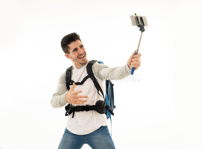 Jeune étudiant de touristes attirant heureux avec le sac à dos prenant un Se photographie stock