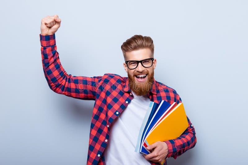 Jeune étudiant gai en verres et dans la chemise à carreaux avec la BO photo libre de droits