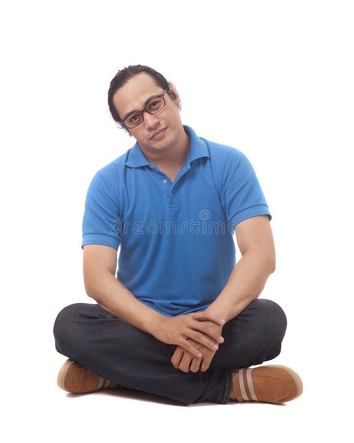 Jeune étudiant Sit sur le plancher et le sourire photo libre de droits