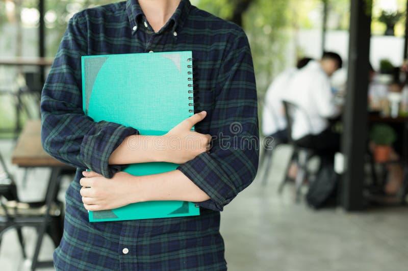 Jeune étudiant tenant le carnet photographie stock