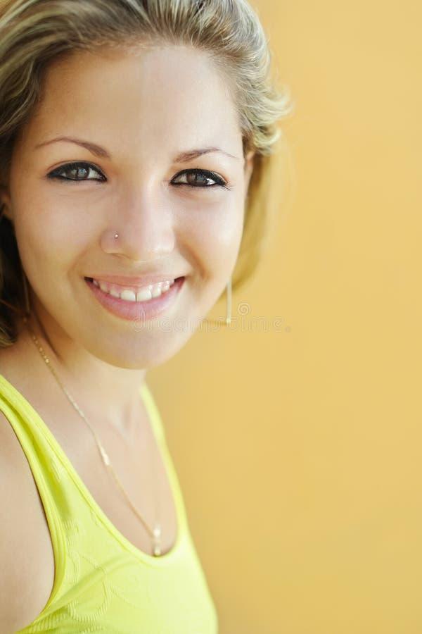 Jeune étudiant universitaire souriant à l'appareil-photo images stock