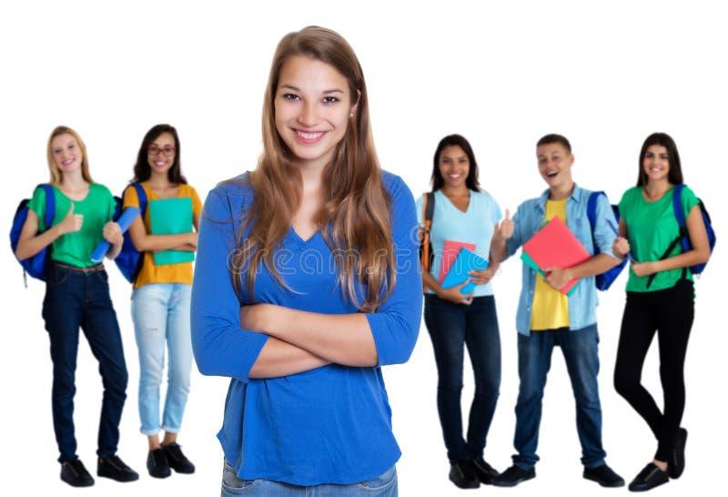 Jeune étudiante allemande avec les cheveux blonds et groupe d'étudiants images libres de droits