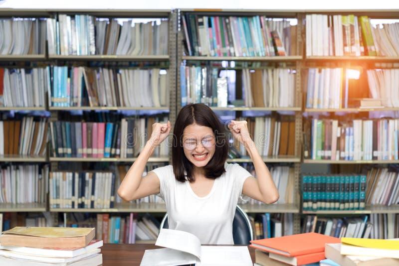 Jeune étudiante avec des verres sérieux images libres de droits