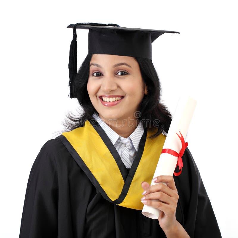 Jeune étudiante heureuse tenant le diplôme image stock
