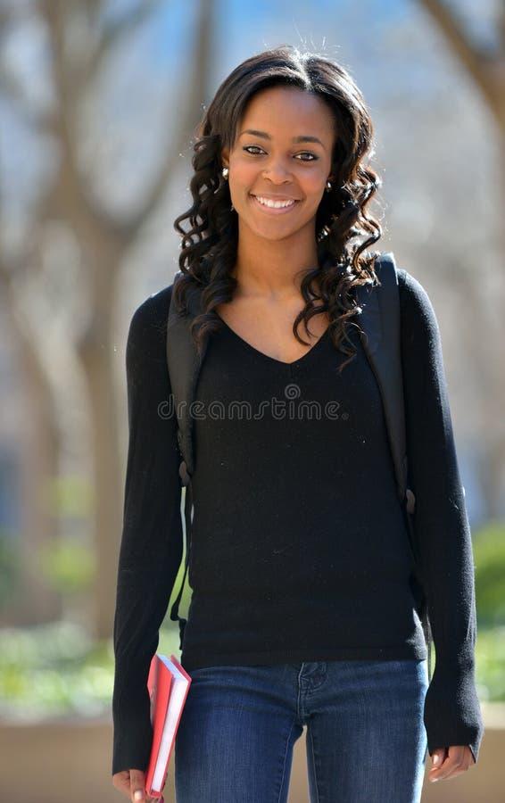 Jeune étudiante renversante d'Afro-américain sur le campus photographie stock libre de droits