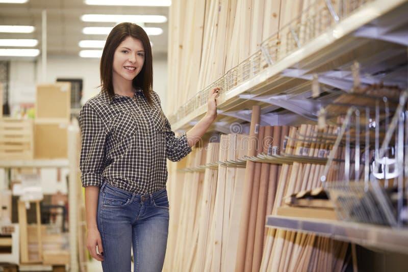 Jeune achat femelle au magasin de matériel photographie stock libre de droits