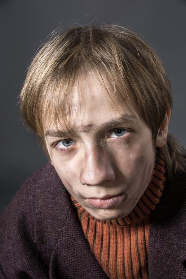 Jeune acteur montrant le mendiant photo libre de droits