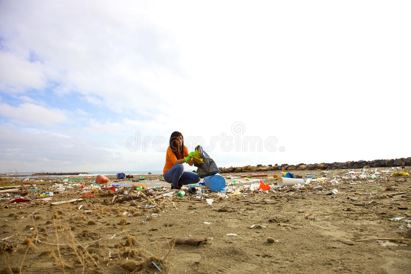 Jeune activiste nettoyant la plage sale image libre de droits