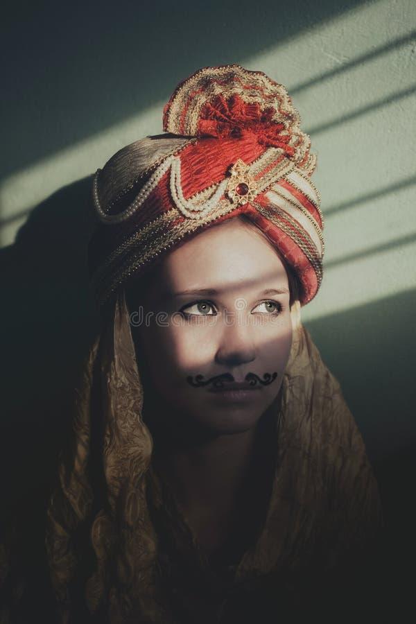 Jeune actrice dans le rôle d'une jeune mariée indienne photographie stock