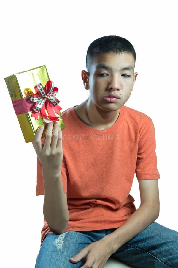 Jeune adolescent asiatique se demandant ce qui dans la boîte photo libre de droits