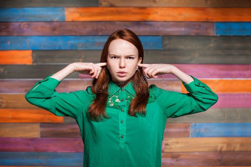 Jeune adolescent couvrant ses oreilles de vos doigts photographie stock
