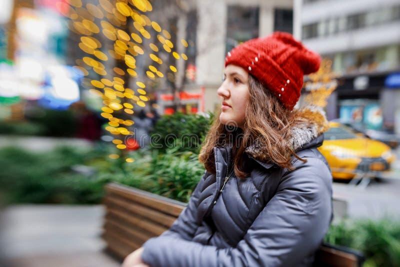 jeune adolescent de belle tête rouge dans la lumière de tache floue d'abrégé sur extérieur de ville images stock