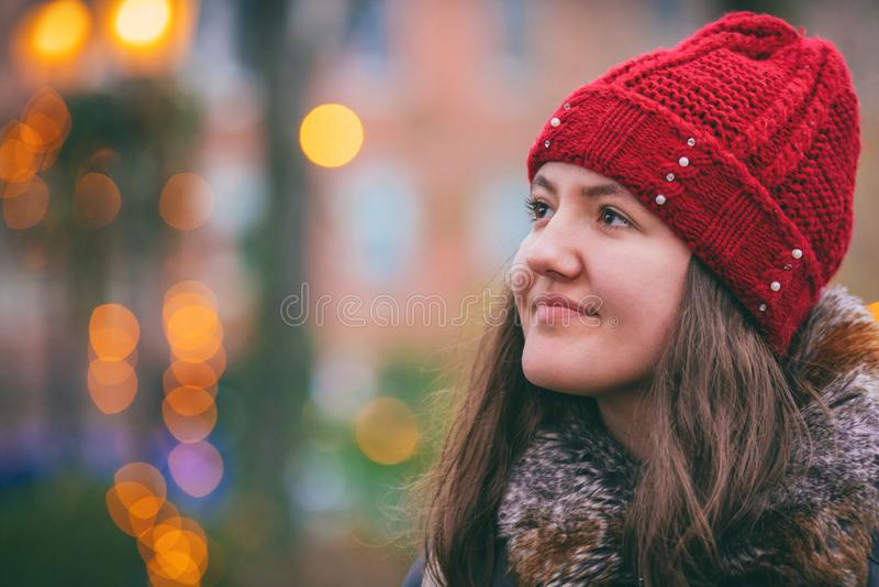 jeune adolescent de belle tête rouge dans la lumière de tache floue d'abrégé sur extérieur de ville image libre de droits