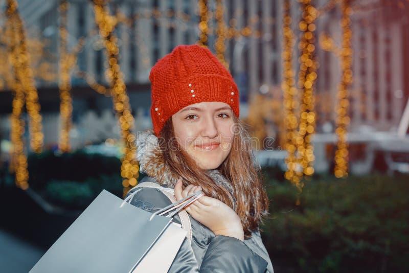 jeune adolescent de belle tête rouge dans la lumière de tache floue d'abrégé sur extérieur de ville photos stock