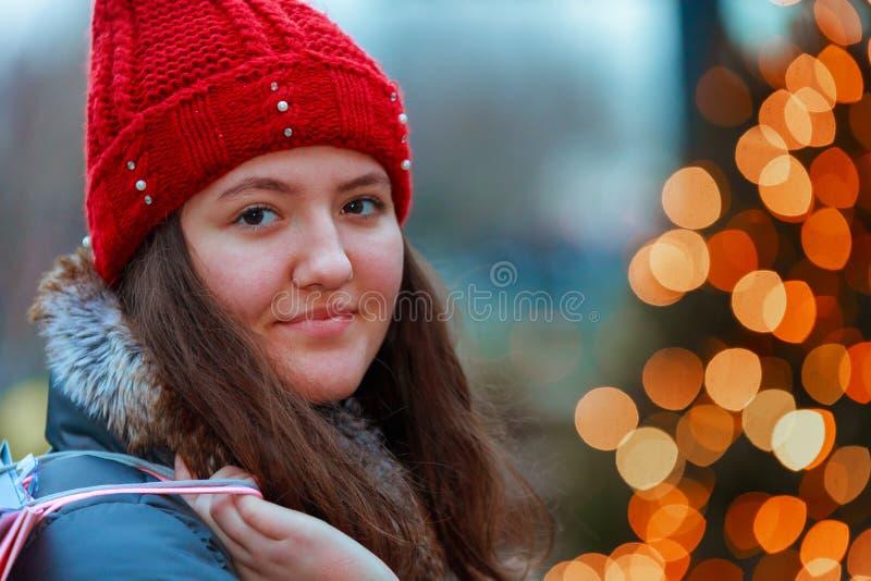 jeune adolescent de belle tête rouge dans la lumière de tache floue d'abrégé sur extérieur de ville image stock