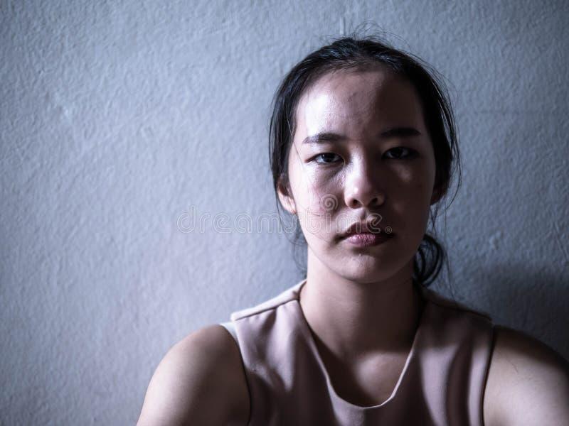 Jeune adolescent féminin de dépression ayant maltraité la douleur se sentante de problème seul se reposant, violence familiale, p images stock