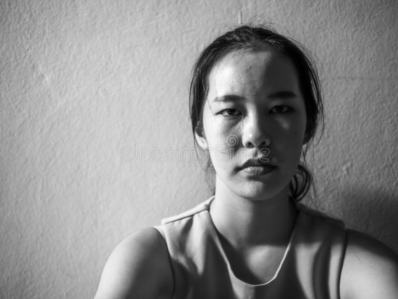 Jeune adolescent féminin de dépression ayant maltraité la douleur se sentante de problème seul se reposant, violence familiale, p image libre de droits