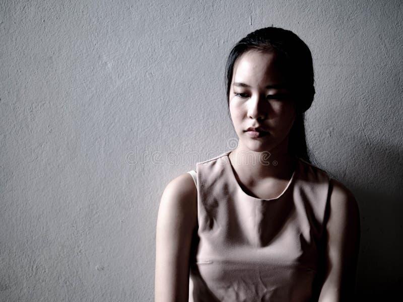Jeune adolescent féminin de dépression ayant maltraité la douleur se sentante de problème seul se reposant, violence familiale, p photos stock