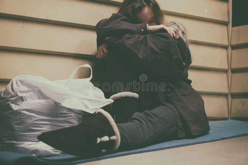 Jeune adolescent sans abri prenant l'abri photo libre de droits