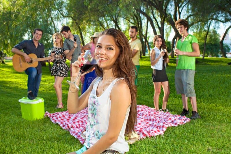 Jeune adolescente heureuse sirotant un verre de vin image libre de droits