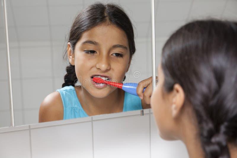 Jeune adolescente se brossant les dents image libre de droits