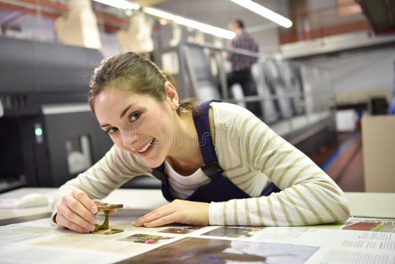 Jeune apprenti dans l'industrie de l'imprimerie photo libre de droits