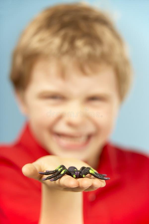 Jeune araignée de plastique de fixation de garçon photos libres de droits