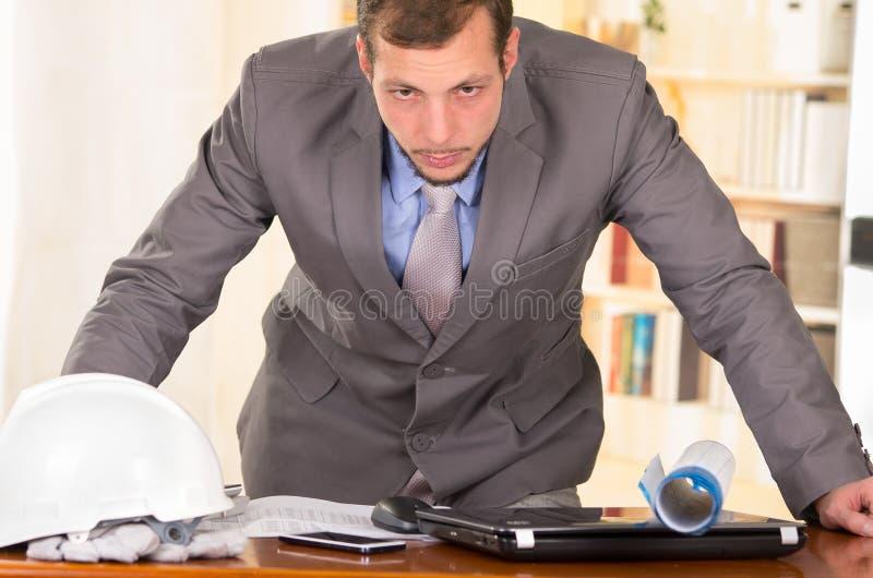 Jeune architecte bel travaillant dans un bureau photo libre de droits