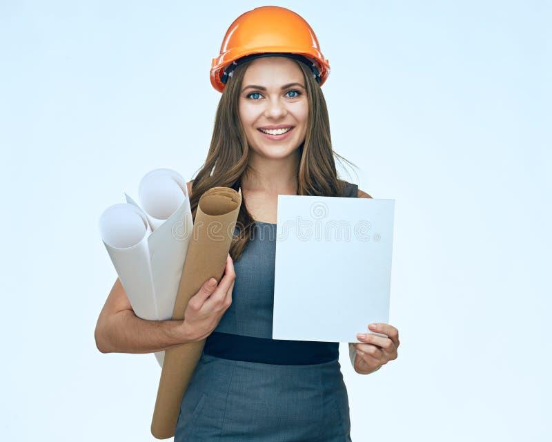 Jeune architecte de sourire de femme d'affaires tenant l'adver vide blanc photographie stock