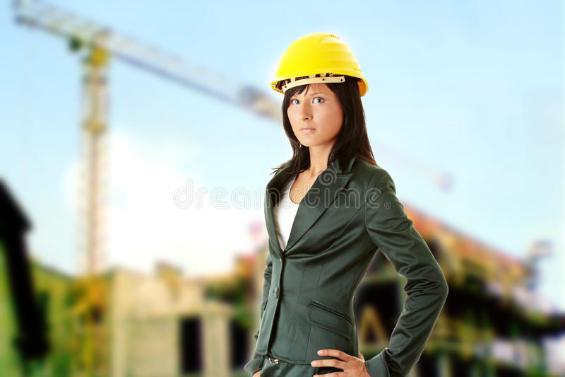 Jeune architecte ou constructeur féminin image stock