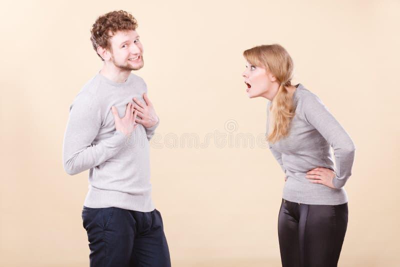 Jeune argumentation émotive de couples photographie stock