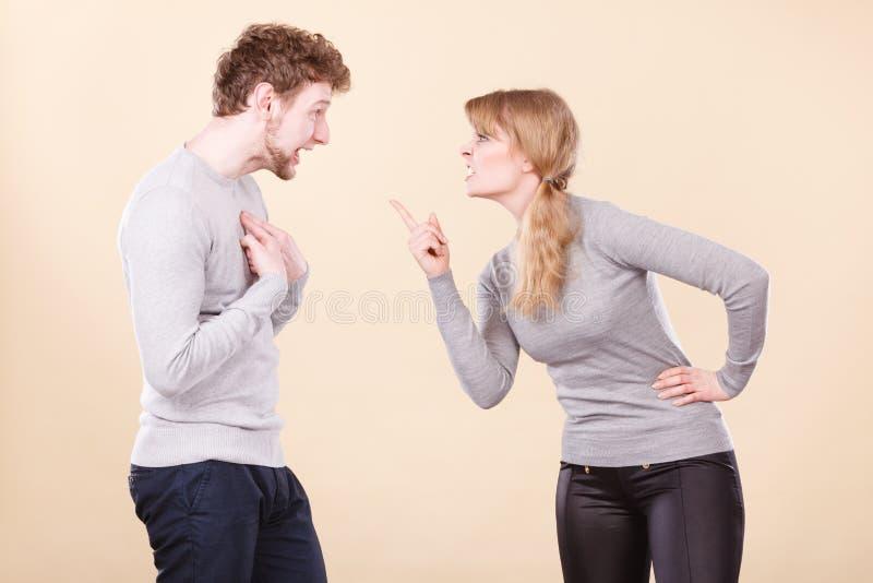 Jeune argumentation émotive de couples images libres de droits