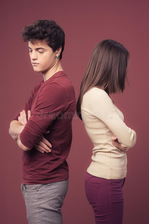 Jeune argumentation de couples photos stock