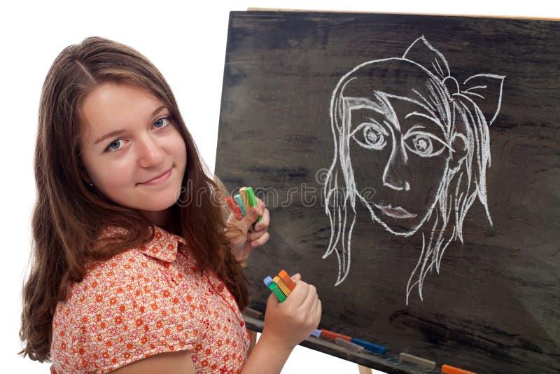 Jeune artiste avec le conseil noir et la craie colorée image stock