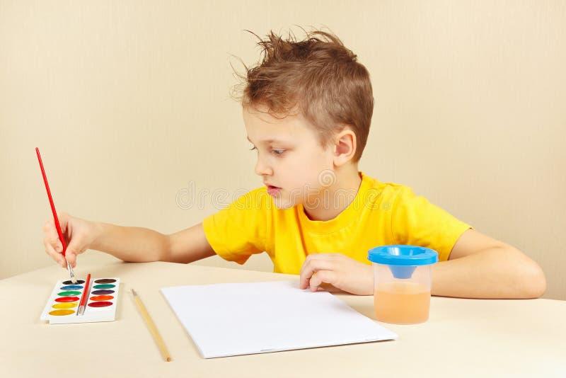 Download Jeune Artiste Dans La Chemise Jaune Allant Peindre Des Couleurs Photo stock - Image du coloré, enfance: 76087942
