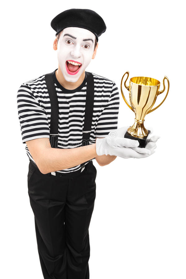 Jeune artiste masculin de pantomime présent un trophée photos libres de droits