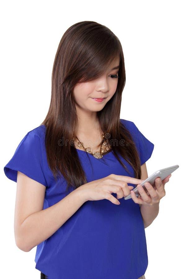 Jeune Asiatique à l'aide de son téléphone intelligent d'écran tactile, d'isolement sur le blanc images libres de droits