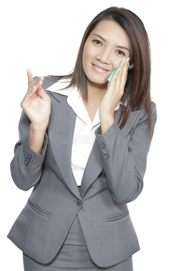 Jeune asiatique de femme d'affaires beau assez utilisant le tissu facial image libre de droits
