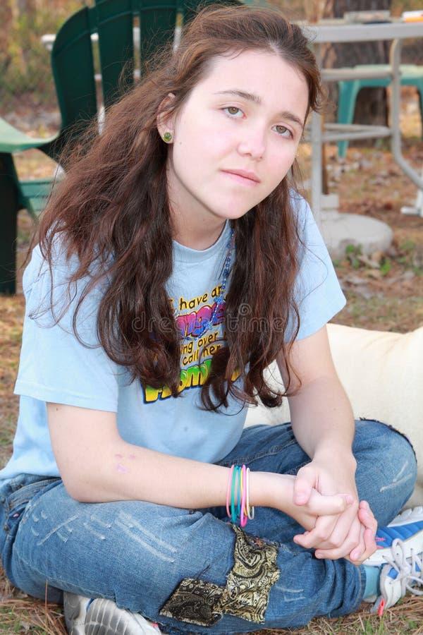 Jeune assiette de l'adolescence de fille image stock