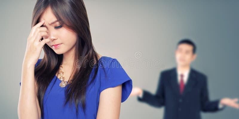 Jeune associé asiatique ayant un combat image stock