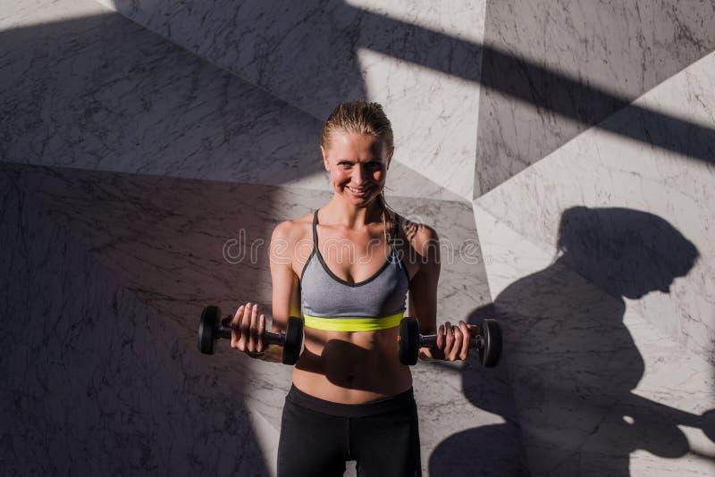 Jeune athlète attirant avec le corps musculaire exerçant le crossfit Femme dans les vêtements de sport faisant la séance d'entraî images libres de droits