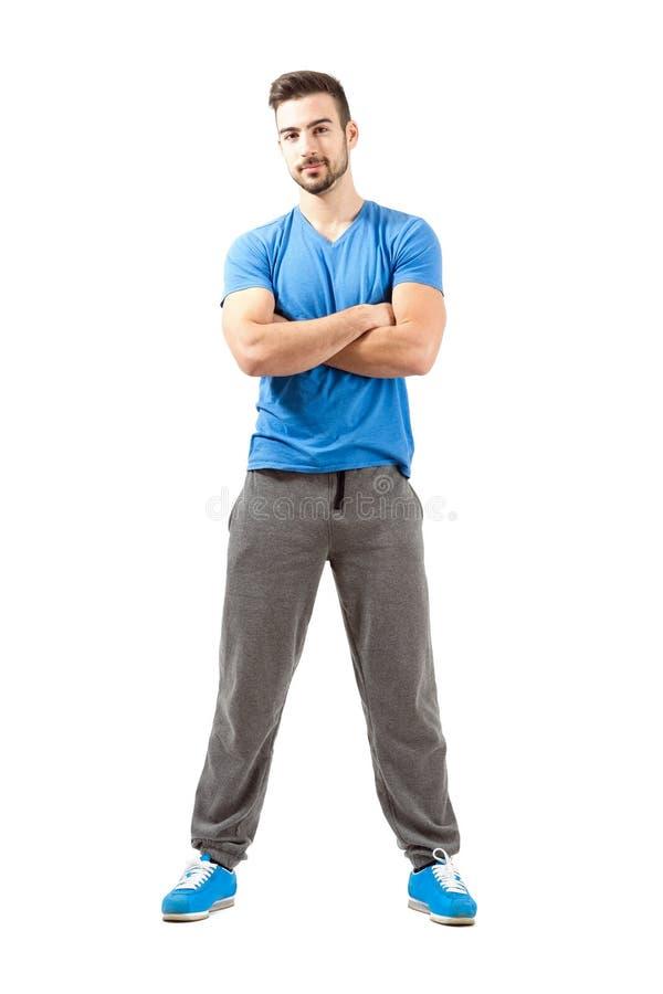 Jeune athlète avec les bras pliés souriant à l'appareil-photo photographie stock libre de droits