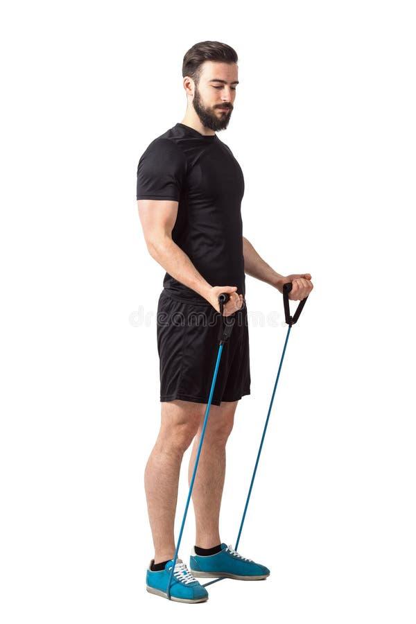Jeune athlète barbu convenable se préparant à l'exercice de bras de muscle de biceps photos libres de droits