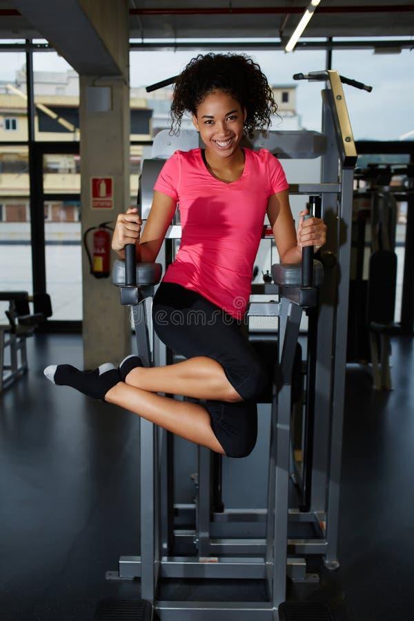 Jeune athlète mignon soulevant la presse de secousses de jambe photographie stock libre de droits