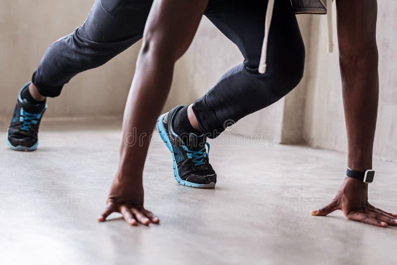Jeune athlète musculaire allant courir images libres de droits