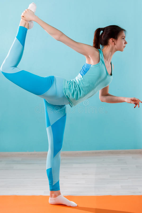 Jeune athlète occupé dans le yoga image stock