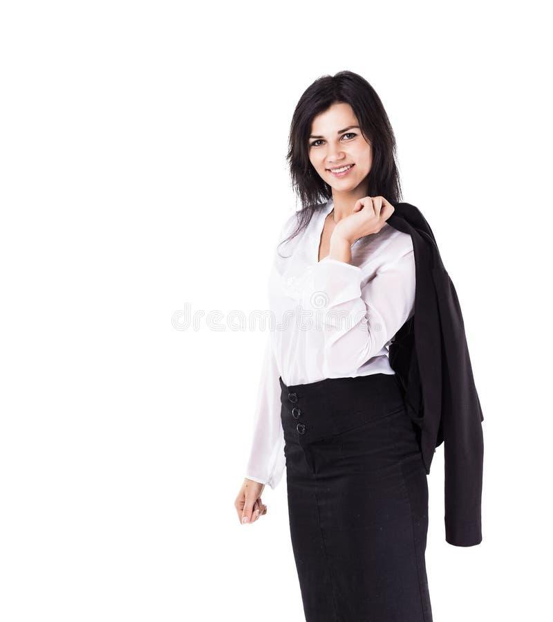 Jeune, attirante, réussie femme d'affaires, regard sûr dans le cadre tenant sa veste sur le sien de retour image stock