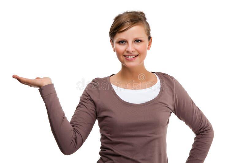 Jeune présentation attrayante de femme d'isolement sur le fond blanc photographie stock