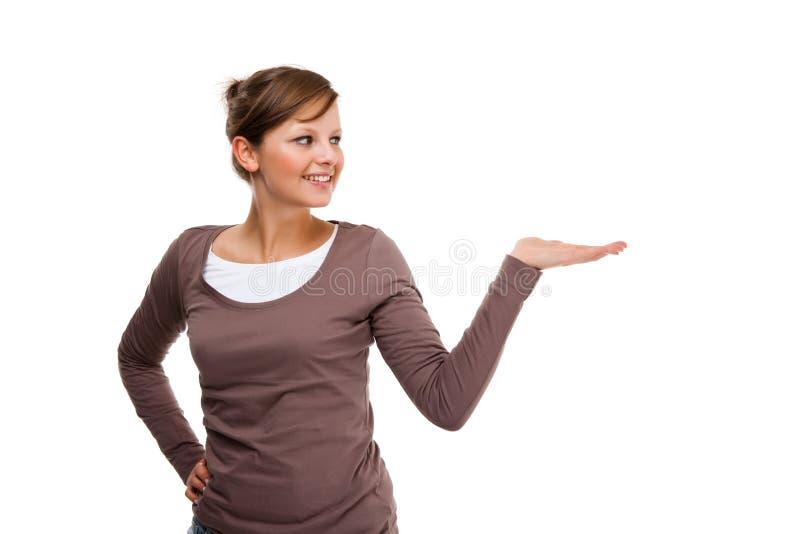 Jeune présentation attrayante de femme d'isolement sur le fond blanc photos stock